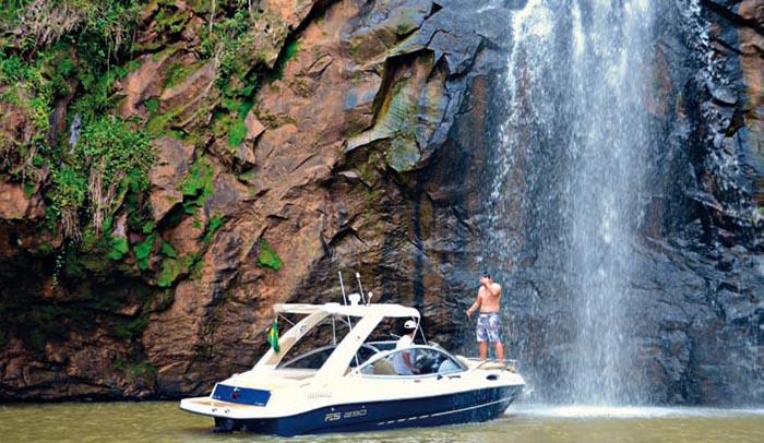 Chavantes: banho de cachoeira sem sair do barco.